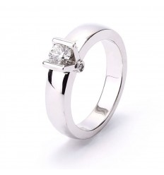 18 carat white gold Solitaire ring with diamond set in a V